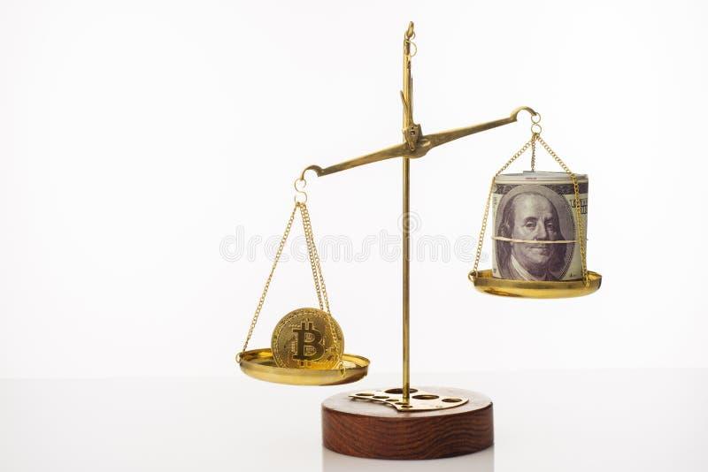 Tendance d'augmentation de valeur de Bitcoin La pi?ce de monnaie est sup?rieure ? l'?quilibre Sur une autre cuvette une pile de c images libres de droits