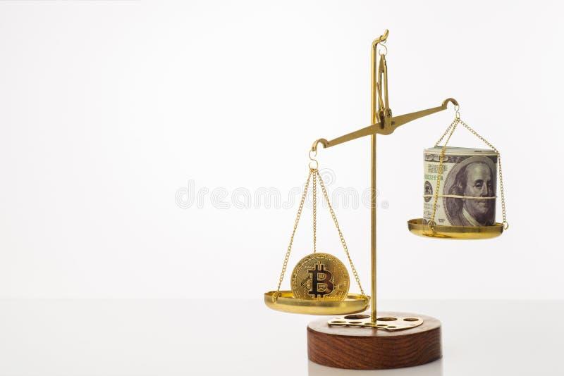 Tendance d'augmentation de valeur de Bitcoin La pi?ce de monnaie est sup?rieure ? l'?quilibre Sur une autre cuvette une pile de c photos libres de droits