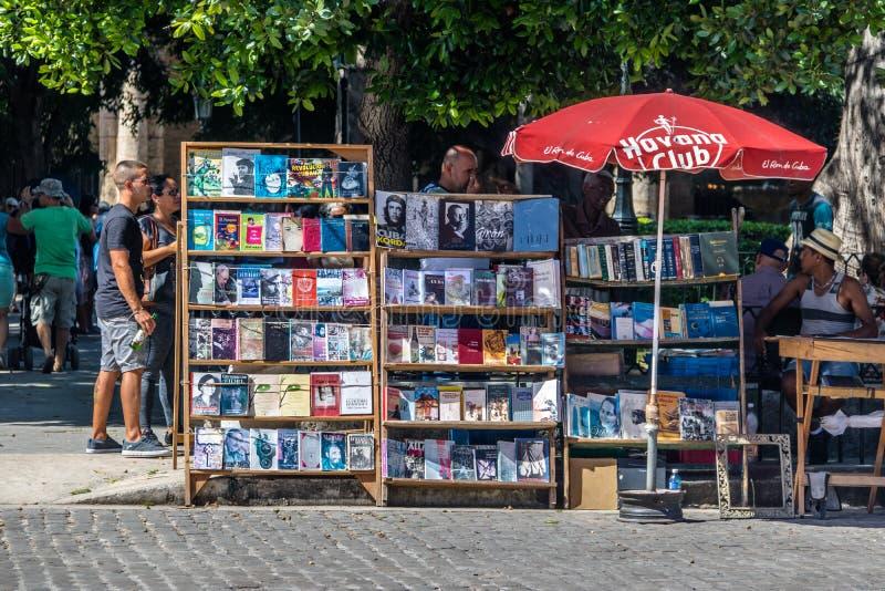 Tendas de livro de segunda mão na feira da ladra em Plaza de Armas - Havana, Cuba imagem de stock