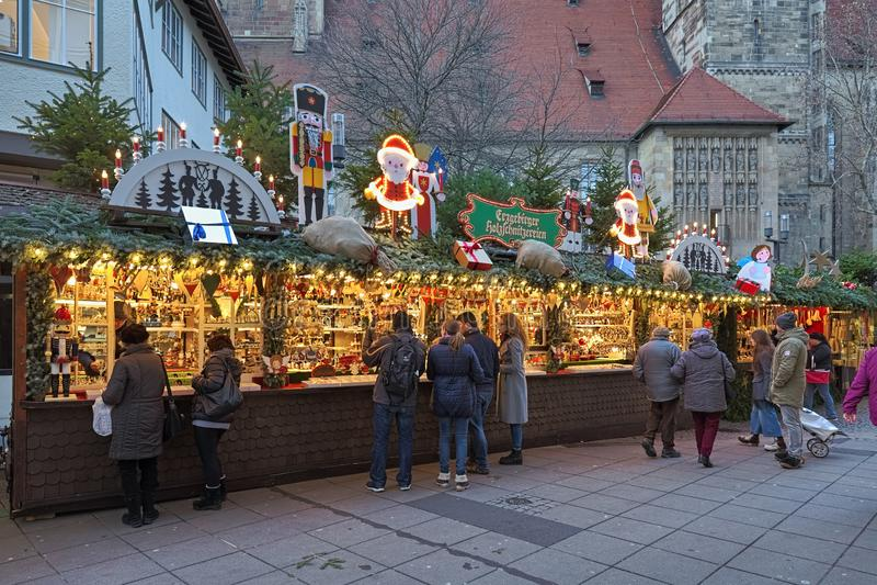 Tendas do mercado com as decorações do Natal em Estugarda, Alemanha imagens de stock