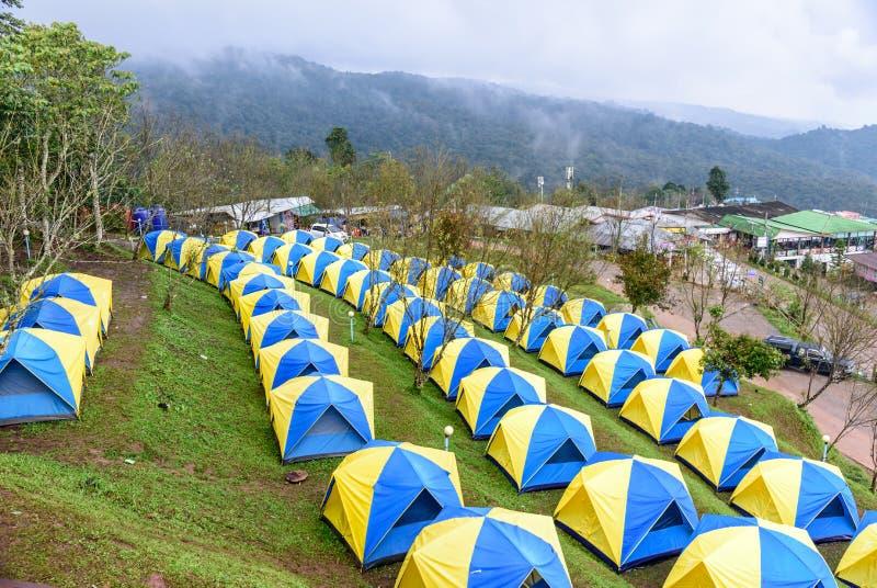 Tende che si accampano sul paesaggio della collina a Phu Thap Boek, immagini stock