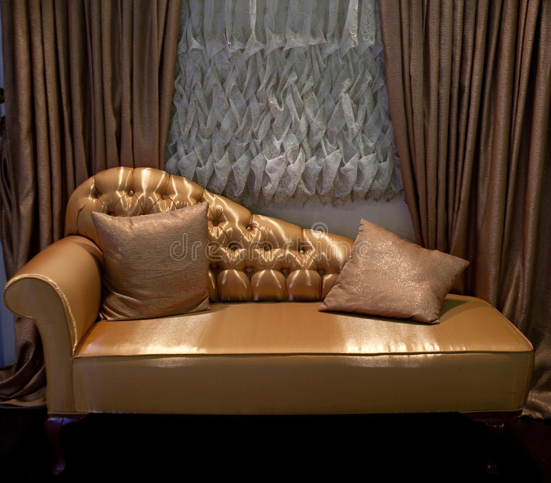 Tende lussuose di finestra e del sofà fotografia stock libera da diritti