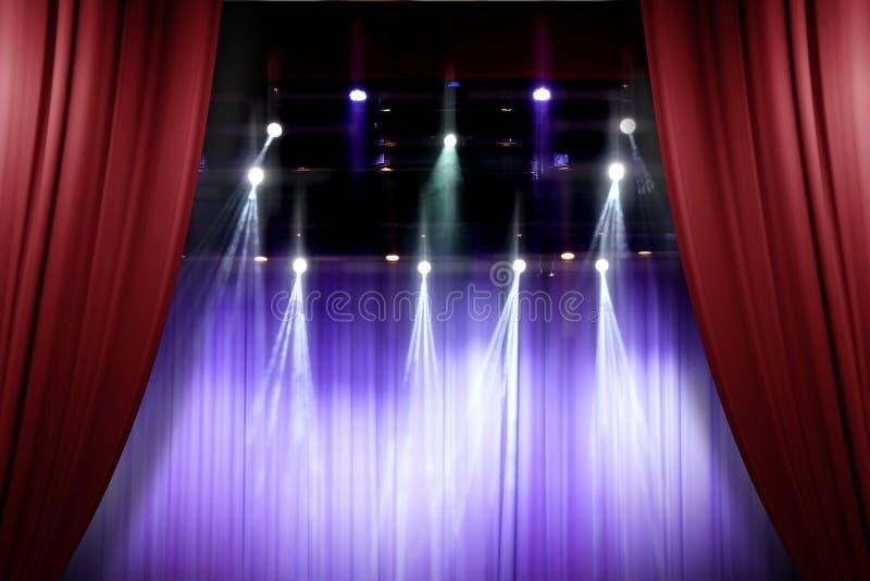 Tende rosse della fase del teatro che si aprono per uno spettacolo dal vivo fotografia stock libera da diritti