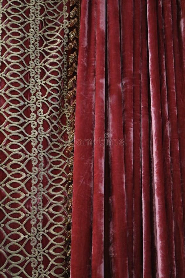 Tende rosso scuro del velluto fotografie stock