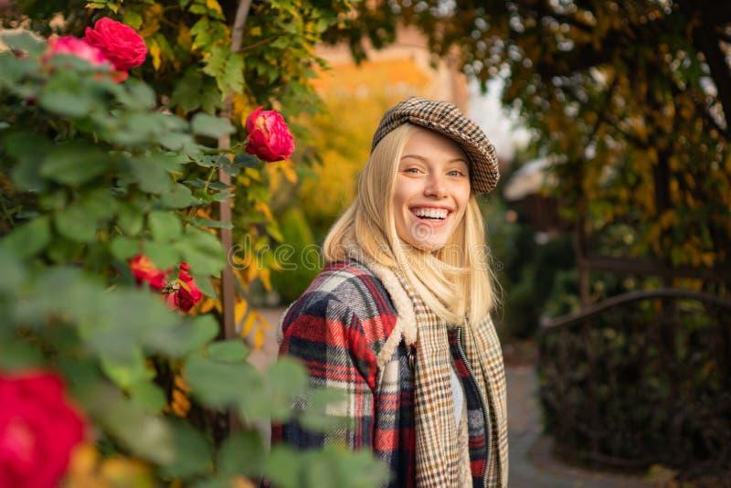 Tendencia de la moda Mujer bonita en sombrero Muchacha de lujo La mujer lleva el fondo a cuadros de la naturaleza de la ropa Quep imagen de archivo