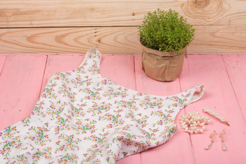 Tendencias de la moda - vestido blanco en joyer?a de la impresi?n floral, de la flor y de la perla: collar, clip de la perla del  fotos de archivo
