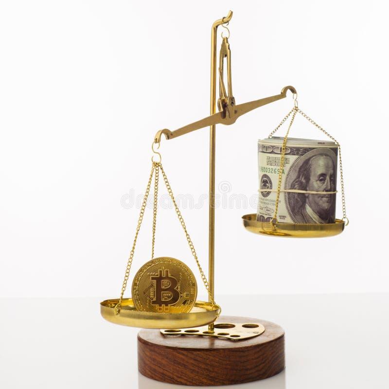 Tendenza di aumento di valore di Bitcoin La moneta supera l'equilibrio in peso Su un'altra ciotola una pila di cento banconote in fotografia stock