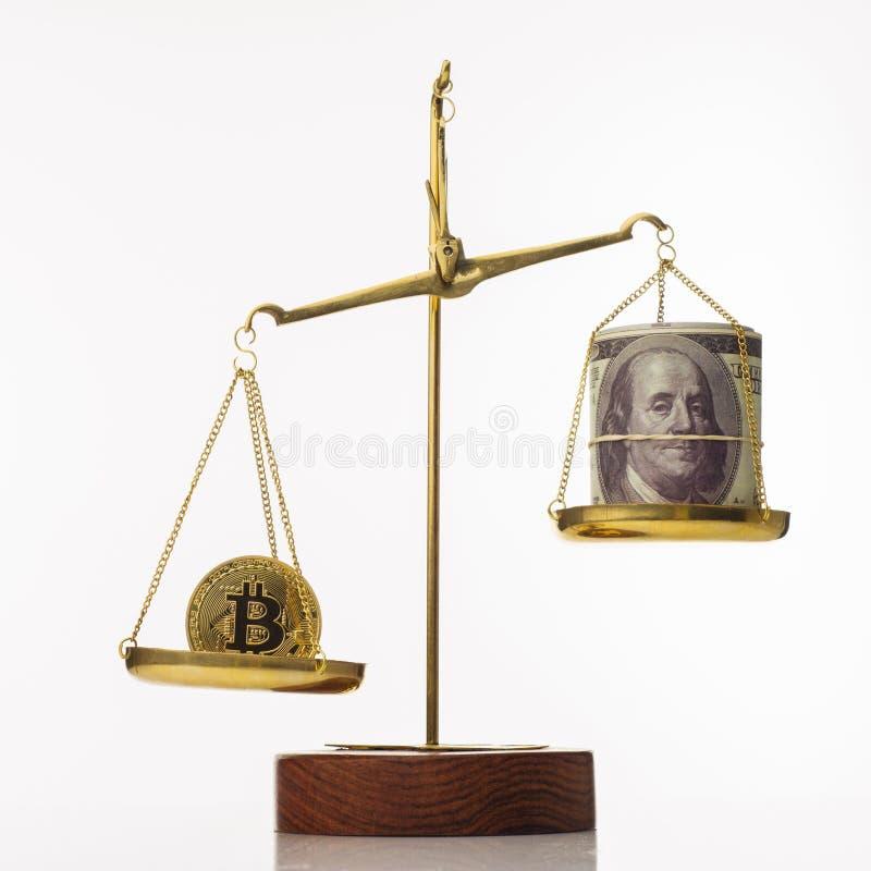 Tendenza di aumento di valore di Bitcoin La moneta supera l'equilibrio in peso Su un'altra ciotola una pila di cento banconote in immagini stock