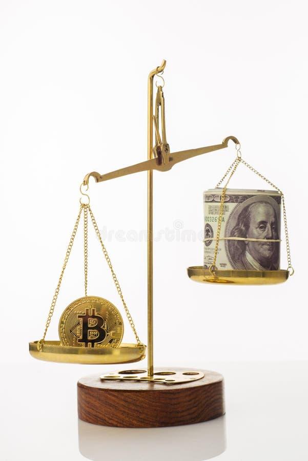 Tendenza di aumento di valore di Bitcoin La moneta supera l'equilibrio in peso Su un'altra ciotola una pila di cento banconote in immagine stock