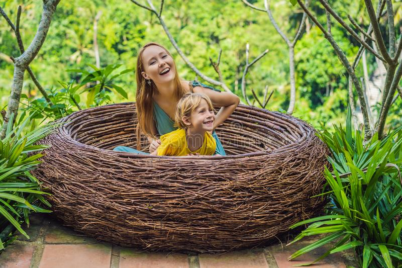 Tendenza di Bali, nidi della paglia dappertutto Famiglia felice che gode del loro viaggio intorno all'isola di Bali, Indonesia Fa immagini stock libere da diritti