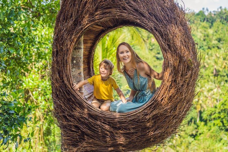 Tendenza di Bali, nidi della paglia dappertutto Famiglia felice che gode del loro viaggio intorno all'isola di Bali, Indonesia Fa fotografie stock