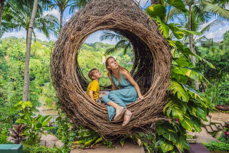 Tendenza di Bali, nidi della paglia dappertutto Famiglia felice che gode del loro viaggio intorno all'isola di Bali, Indonesia Fa fotografie stock libere da diritti