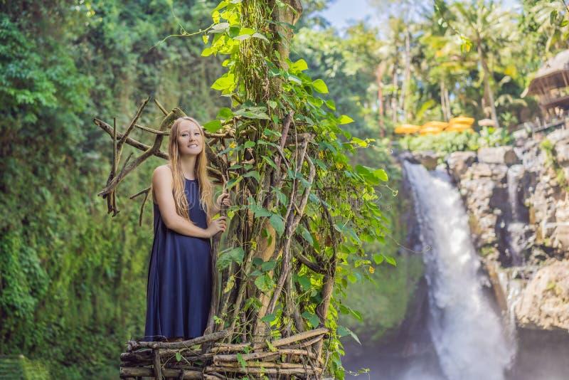Tendenza di Bali, nidi della paglia dappertutto Giovane turista che gode del suo viaggio intorno all'isola di Bali, Indonesia Fac fotografie stock