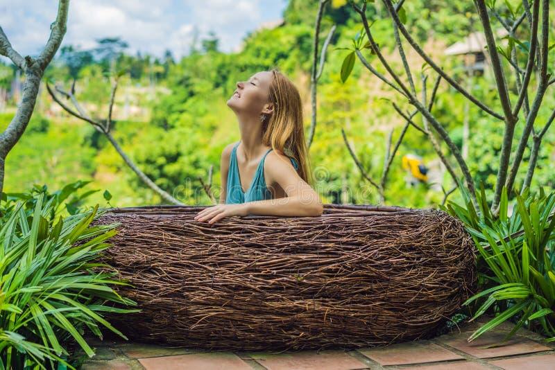 Tendenza di Bali, nidi della paglia dappertutto Giovane turista che gode del suo viaggio intorno all'isola di Bali, Indonesia Fac fotografia stock libera da diritti