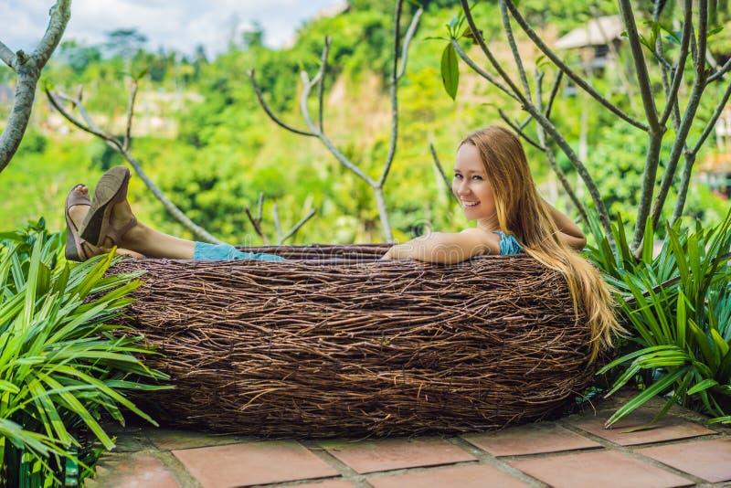 Tendenza di Bali, nidi della paglia dappertutto Giovane turista che gode del suo viaggio intorno all'isola di Bali, Indonesia Fac immagini stock