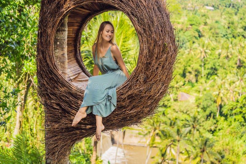 Tendenza di Bali, nidi della paglia dappertutto Giovane turista che gode del suo viaggio intorno all'isola di Bali, Indonesia Fac immagine stock libera da diritti