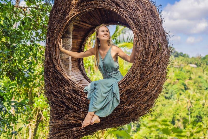 Tendenza di Bali, nidi della paglia dappertutto Giovane turista che gode del suo viaggio intorno all'isola di Bali, Indonesia Fac immagini stock libere da diritti