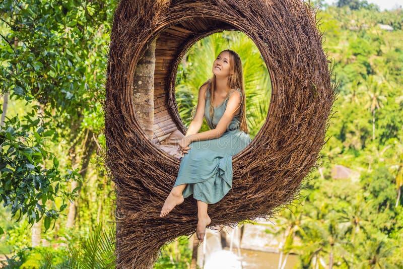 Tendenza di Bali, nidi della paglia dappertutto Giovane turista che gode del suo viaggio intorno all'isola di Bali, Indonesia Fac fotografia stock