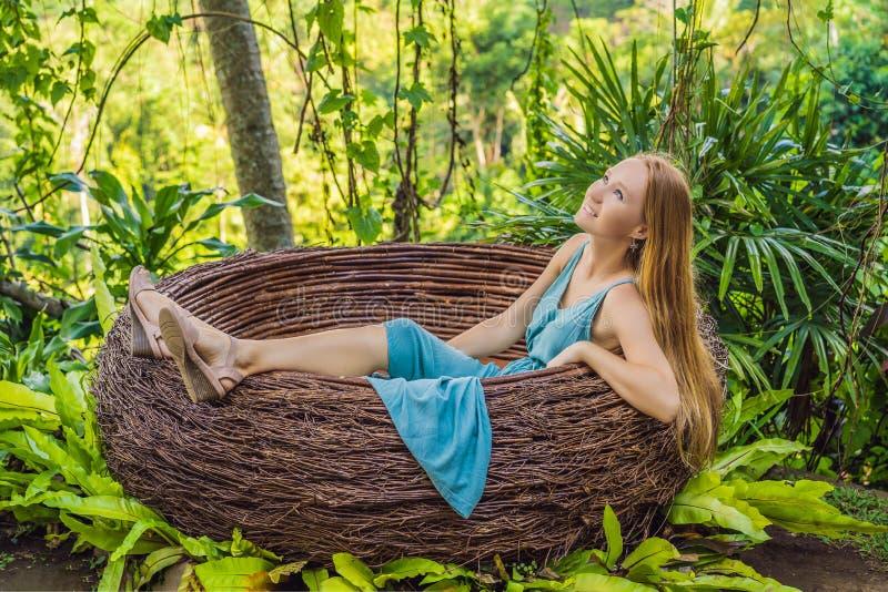 Tendenza di Bali, nidi della paglia dappertutto Giovane turista che gode del suo viaggio intorno all'isola di Bali, Indonesia Fac immagine stock