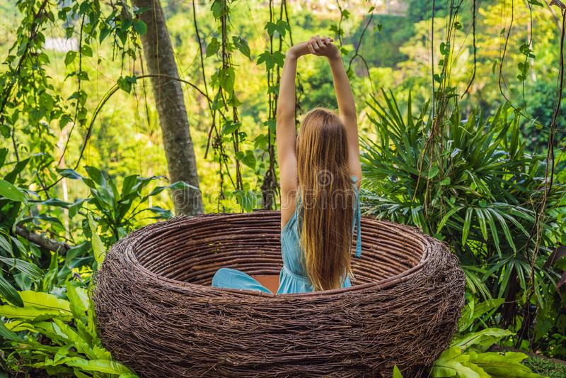 Tendenza di Bali, nidi della paglia dappertutto Giovane turista che gode del suo viaggio intorno all'isola di Bali, Indonesia Fac fotografie stock libere da diritti