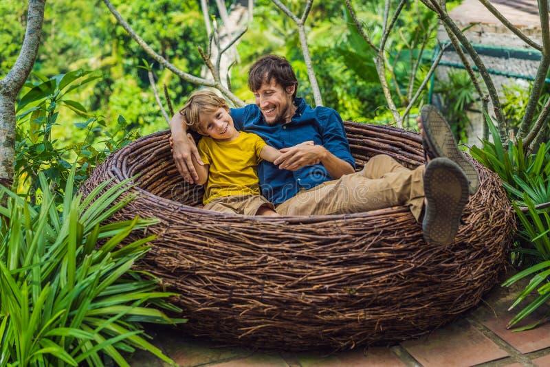 Tendenza di Bali, nidi della paglia dappertutto Posto adatto ai bambini Famiglia felice che gode del loro viaggio intorno all'iso immagini stock