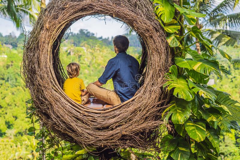 Tendenza di Bali, nidi della paglia dappertutto Posto adatto ai bambini Famiglia felice che gode del loro viaggio intorno all'iso fotografia stock