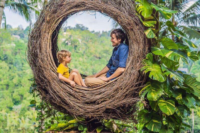 Tendenza di Bali, nidi della paglia dappertutto Posto adatto ai bambini Famiglia felice che gode del loro viaggio intorno all'iso fotografie stock