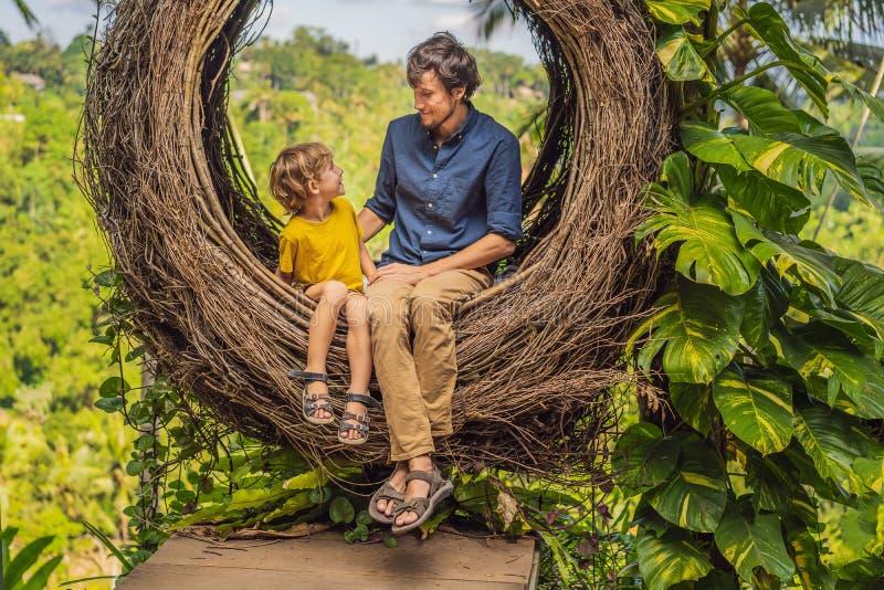 Tendenza di Bali, nidi della paglia dappertutto Posto adatto ai bambini Famiglia felice che gode del loro viaggio intorno all'iso fotografia stock libera da diritti