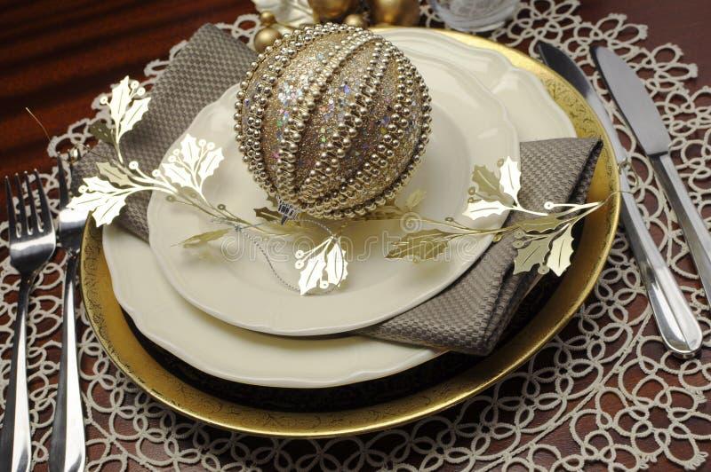 Tendenza più recente della regolazione di posto convenzionale della tavola di cena di Natale metallico di tema dell'oro - alto vi immagini stock