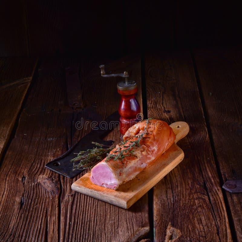 Tenderloin χοιρινού κρέατος που καπνίζεται με τα χορτάρια στοκ φωτογραφία με δικαίωμα ελεύθερης χρήσης