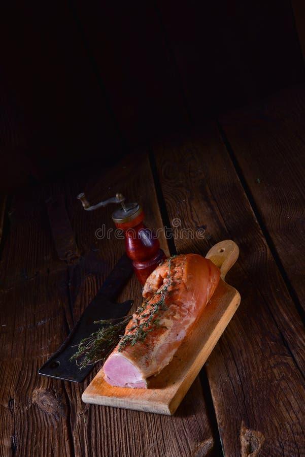 Tenderloin χοιρινού κρέατος που καπνίζεται με τα χορτάρια στοκ φωτογραφίες