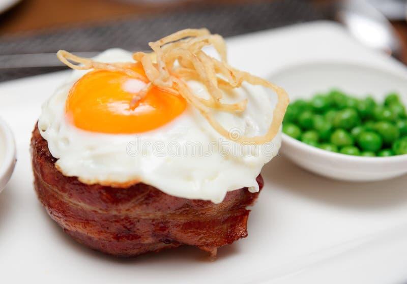 Tenderloin stek z smażącymi jajka i zieleni kulebiakami, brytyjski naczynie obrazy royalty free