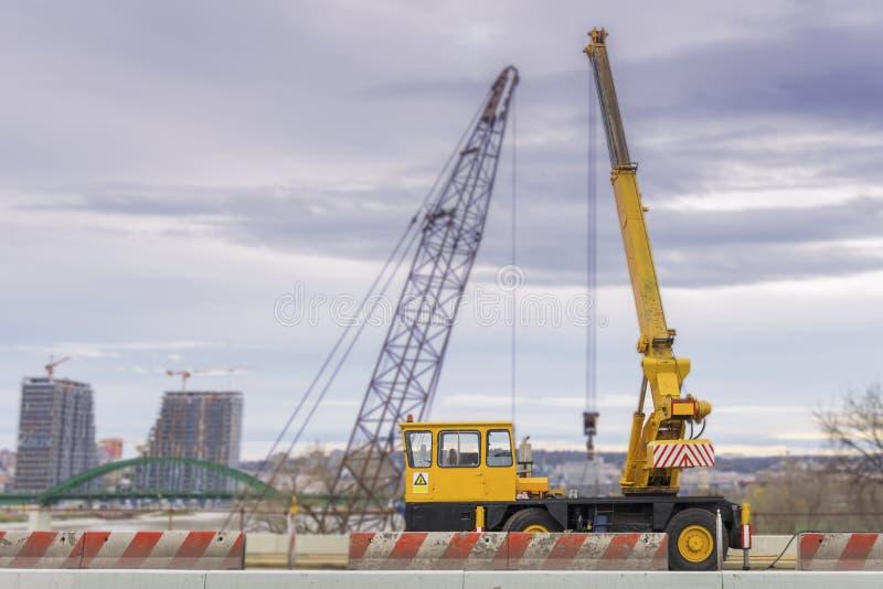 Tendez le cou le camion pour la construction sur le pont dans la ville photo libre de droits