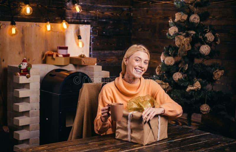 Tendo o divertimento Emoções verdadeiras Expressões faciais das emoções humanas positivas Jovem mulher bonito com chapéu de Santa imagem de stock royalty free