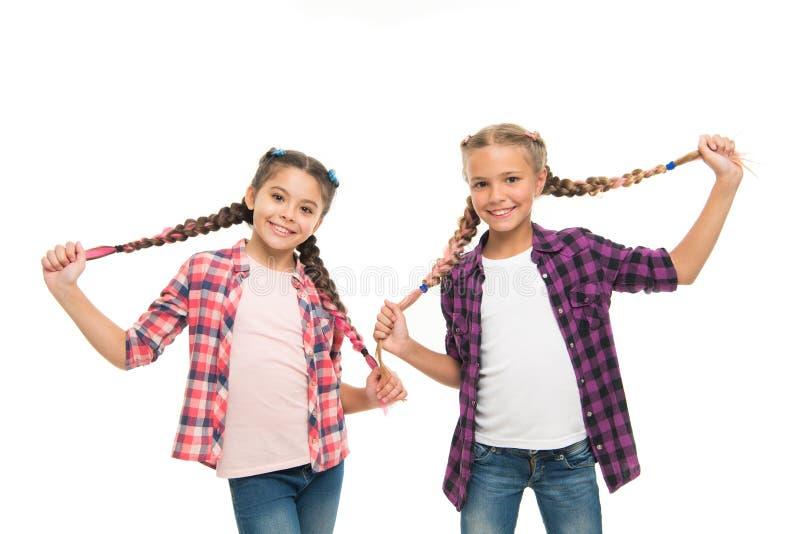 Tendo o divertimento Espírito rebelde Estilo da escola dos penteados Tranças longas das meninas Tend?ncia da forma Cutie elegante imagens de stock