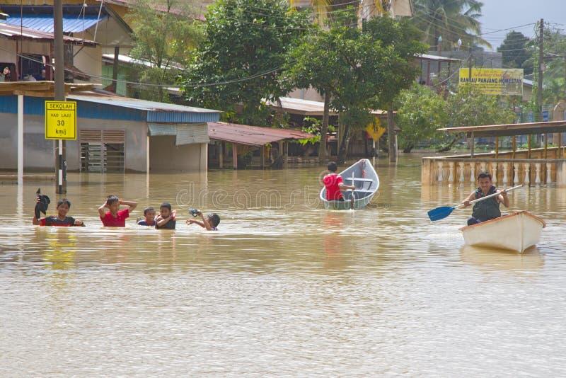 Tendo o divertimento na água da inundação imagens de stock royalty free