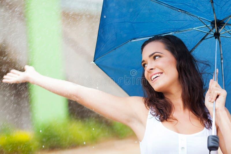 Tendo o divertimento na chuva foto de stock royalty free