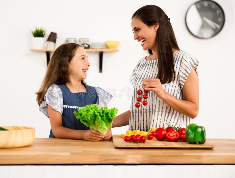 Tendo o divertimento na cozinha imagens de stock royalty free