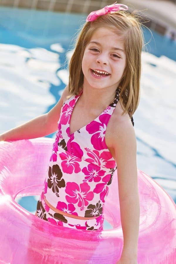 Tendo o divertimento na piscina foto de stock royalty free