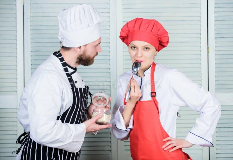 Tendo o grande tempo junto Ingrediente secreto pela receita Uniforme do cozinheiro Planeamento do menu culinária culinária Pares  fotos de stock