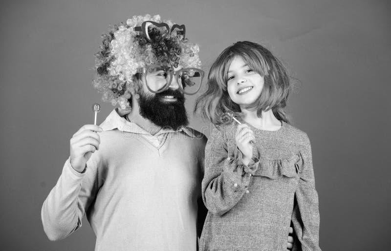 Tendo o melhor dia nunca Feliz aniversario Pai e filha em perucas do estilo do partido Fam?lia feliz que comemora o anivers?rio imagem de stock