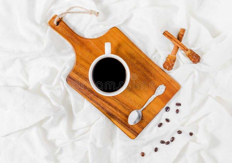 Tendo uma chávena de café imagens de stock royalty free