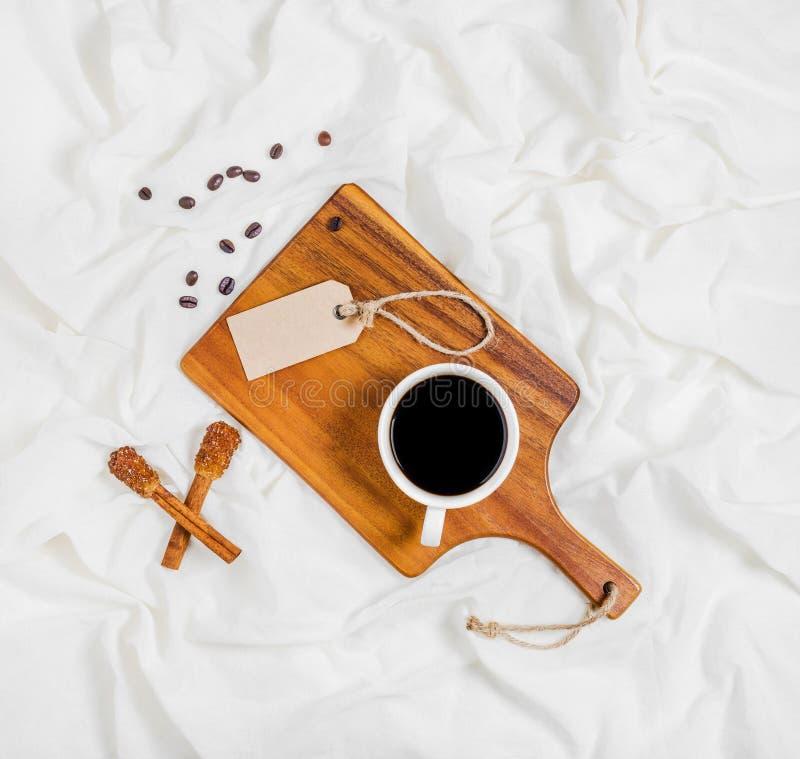 Tendo uma chávena de café foto de stock