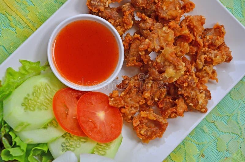 Tendones curruscantes del pollo frito con la salsa y la verdura de chile en la placa blanca imágenes de archivo libres de regalías