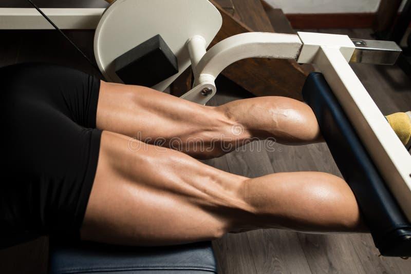 Tendones de la corva deportivos de las piernas imagen de archivo