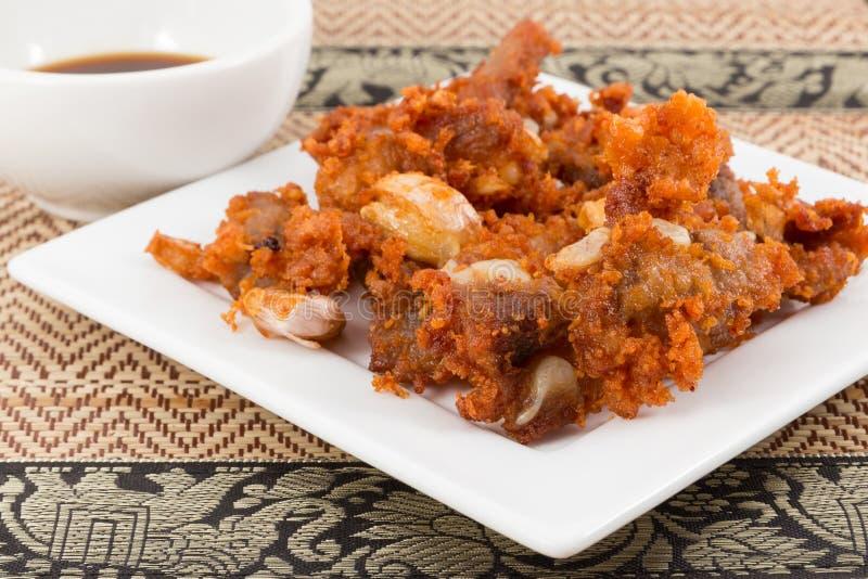 Tendones fritos del cerdo con la salsa negra foto de archivo libre de regalías