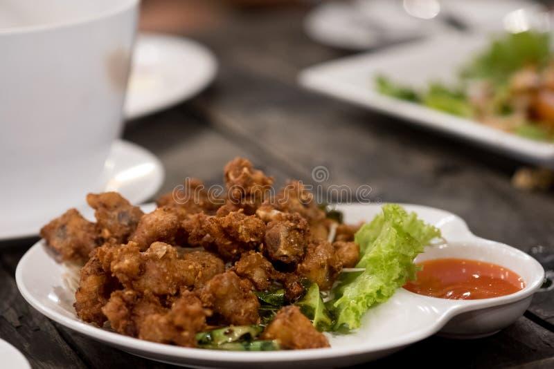 Tendones fritos del pollo con la salsa de chile fotografía de archivo