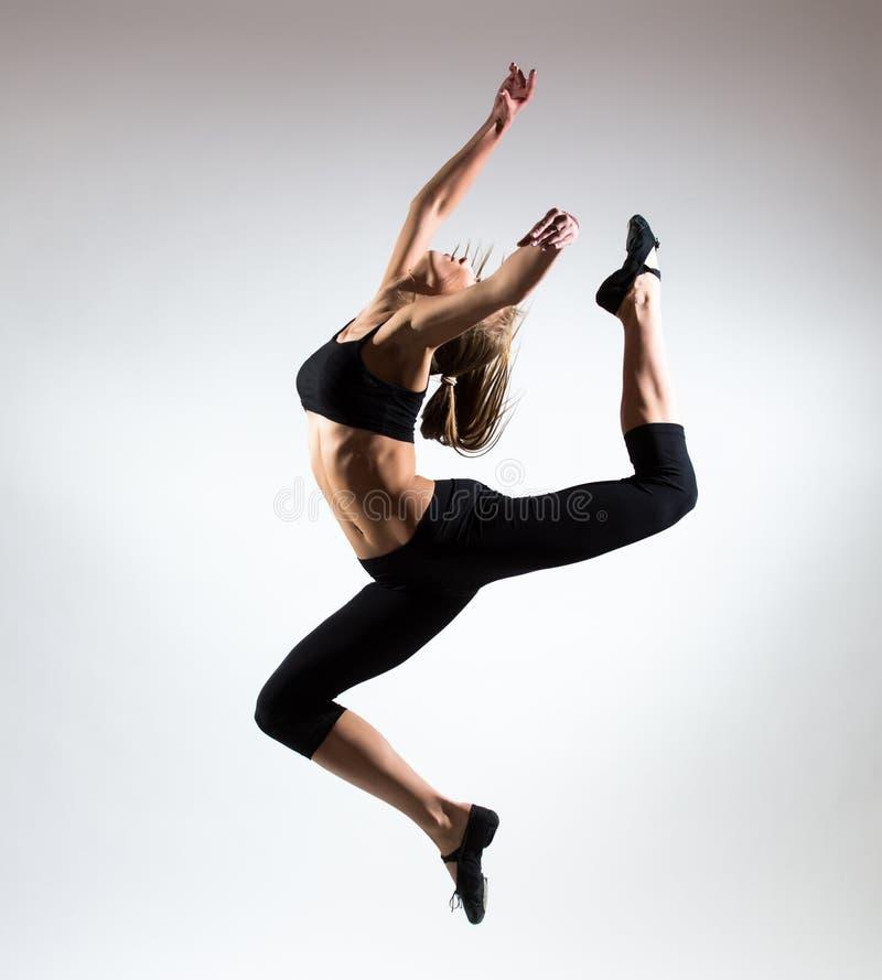 Tendresse, grâce, mélodie et plastique de fille gymnastique Honorez le saut dans le ciel de la gentille jeune fille images stock