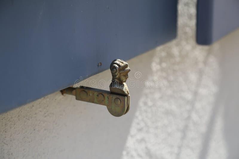 Tenedor antiguo del obturador de la ventana del metal fotos de archivo