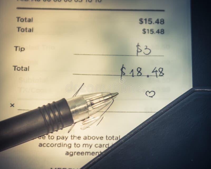Tenedor de cuenta de cuero abierto con el control y la pluma del restaurante foto de archivo